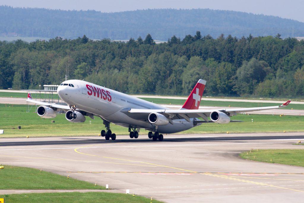 Vliegtuig dat taxiet naar de startbaan.