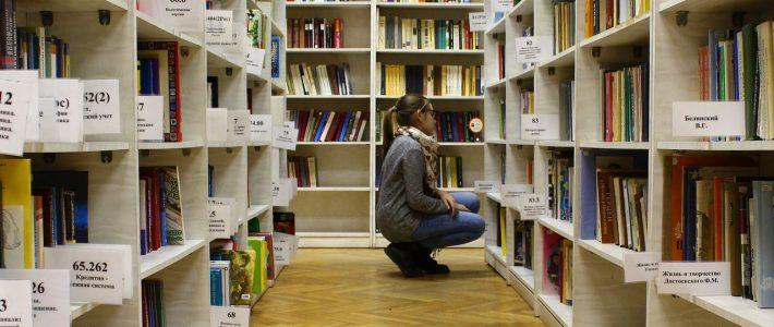 Boekenkasten met labels in bibliotheek