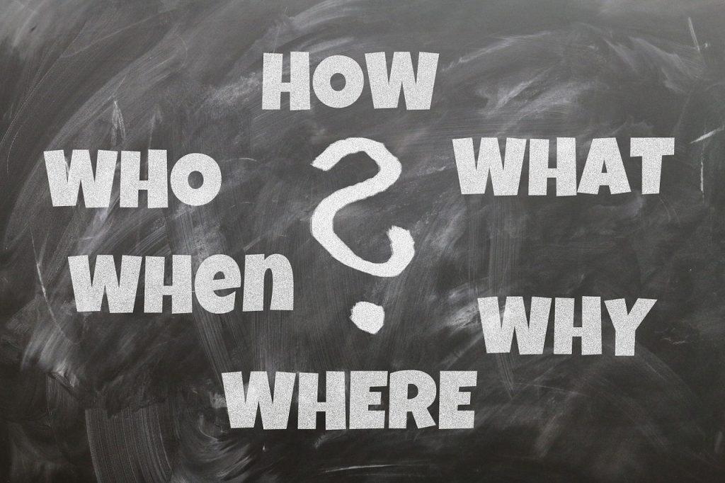 Krijtbord met vraagteken in het midden en daaromheen How What Why Where When Who