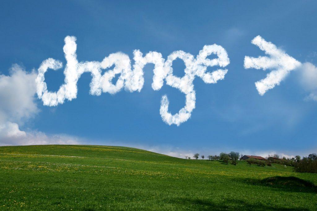 Het woord 'Change' met een pijl erachter geschreven met wolkjes in de lucht.