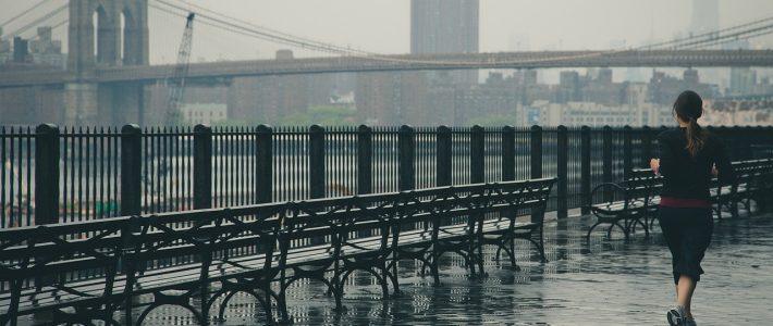 Vrouw rent buiten terwijl het regent