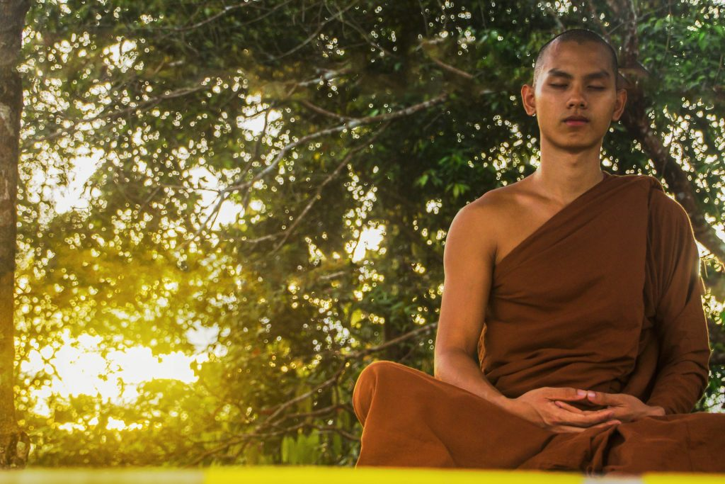 Monnik mediterend in het ochtendlicht