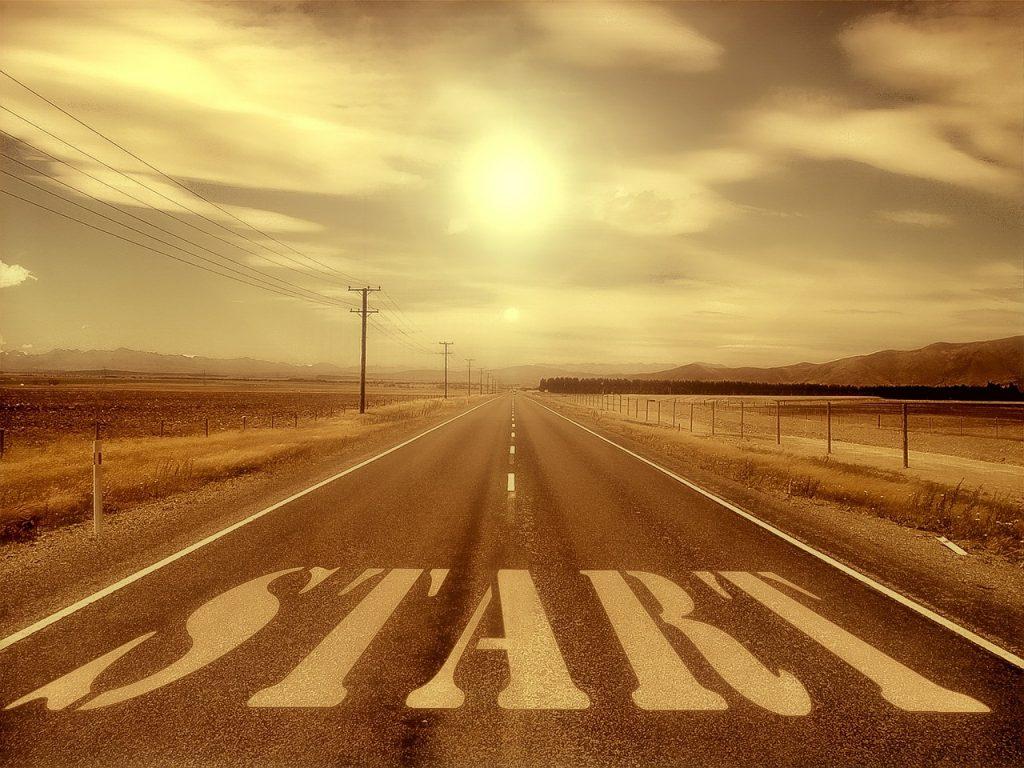 Weg of startbaan met als een soort zebrapad de letters 'START' erop.