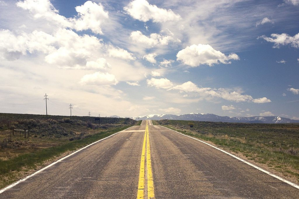 Een lege weg die eindeloos rechtdoor gaat